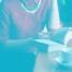 Une femme lit un livre en buvant un café